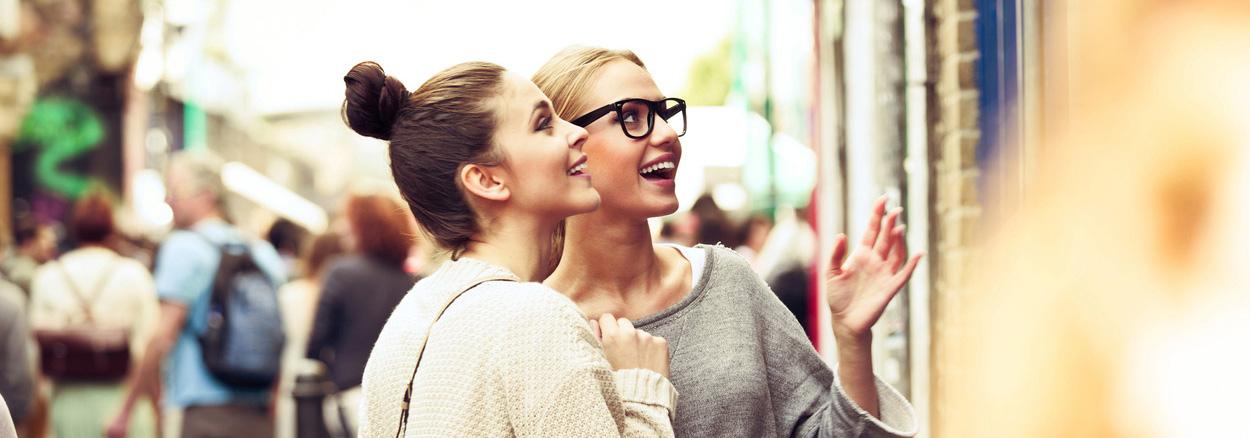 estudiantes universitarios haciendo compras al aire libre