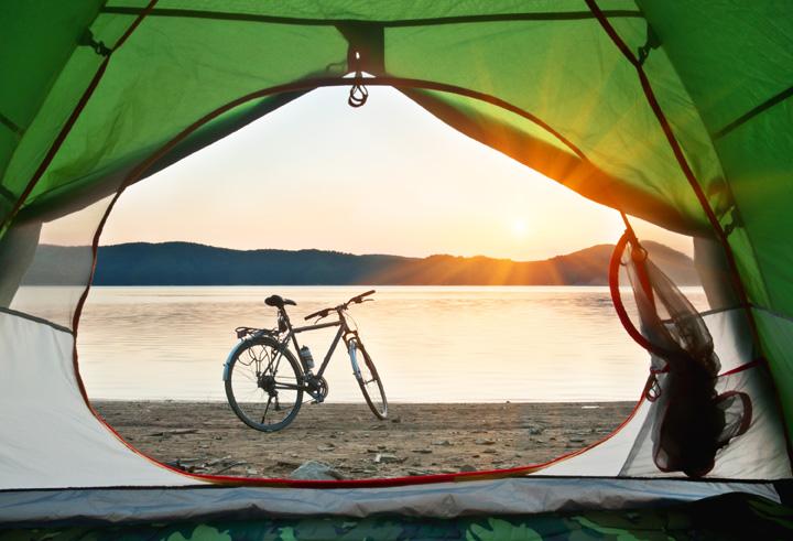 lugar para acampar cerca de un lago