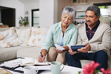 Comparen sus ahorros estimados con sus objetivos de retiro para poder determinar la mejor edad  para retirarse, la suya como la de su cónyuge, incluso si es en momentos diferentes.