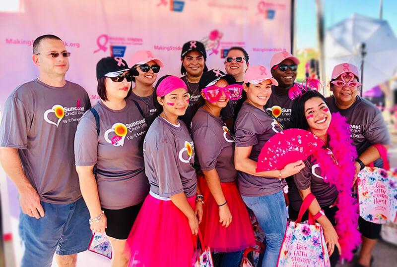 El personal de la sucursal deSuncoast Credit Union enImmokalee se toma una fotografía durante el evento de recaudación de fondos de laAmerican Cancer Society.