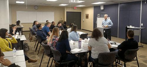 Los empleados de Suncoast escuchan una presentación sobre el liderazgo