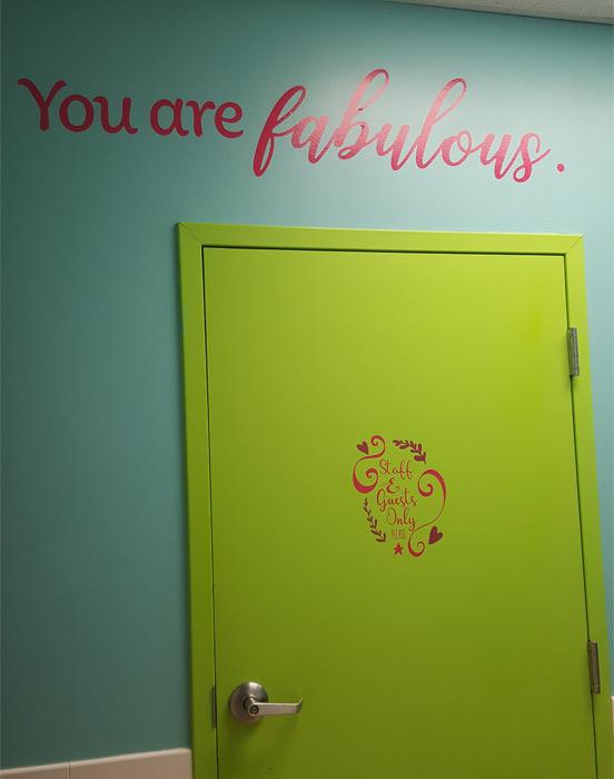 La calcomanía para pared en el Centre for Girls dice You are fabulous (Eres fabulosa)