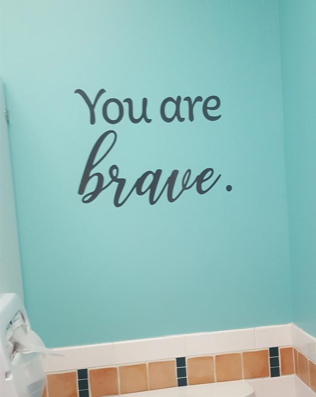 La calcomanía para pared en el Centre for Girls dice You are brave (Eres valiente)