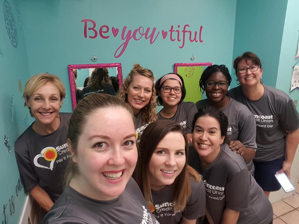 Voluntarios del personal de Suncoast Credit Union en el Centre for Girls