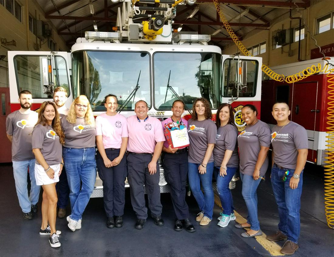El personal de Suncoast Credit Union se ofrece como voluntario en una estación de bomberos en Plant City