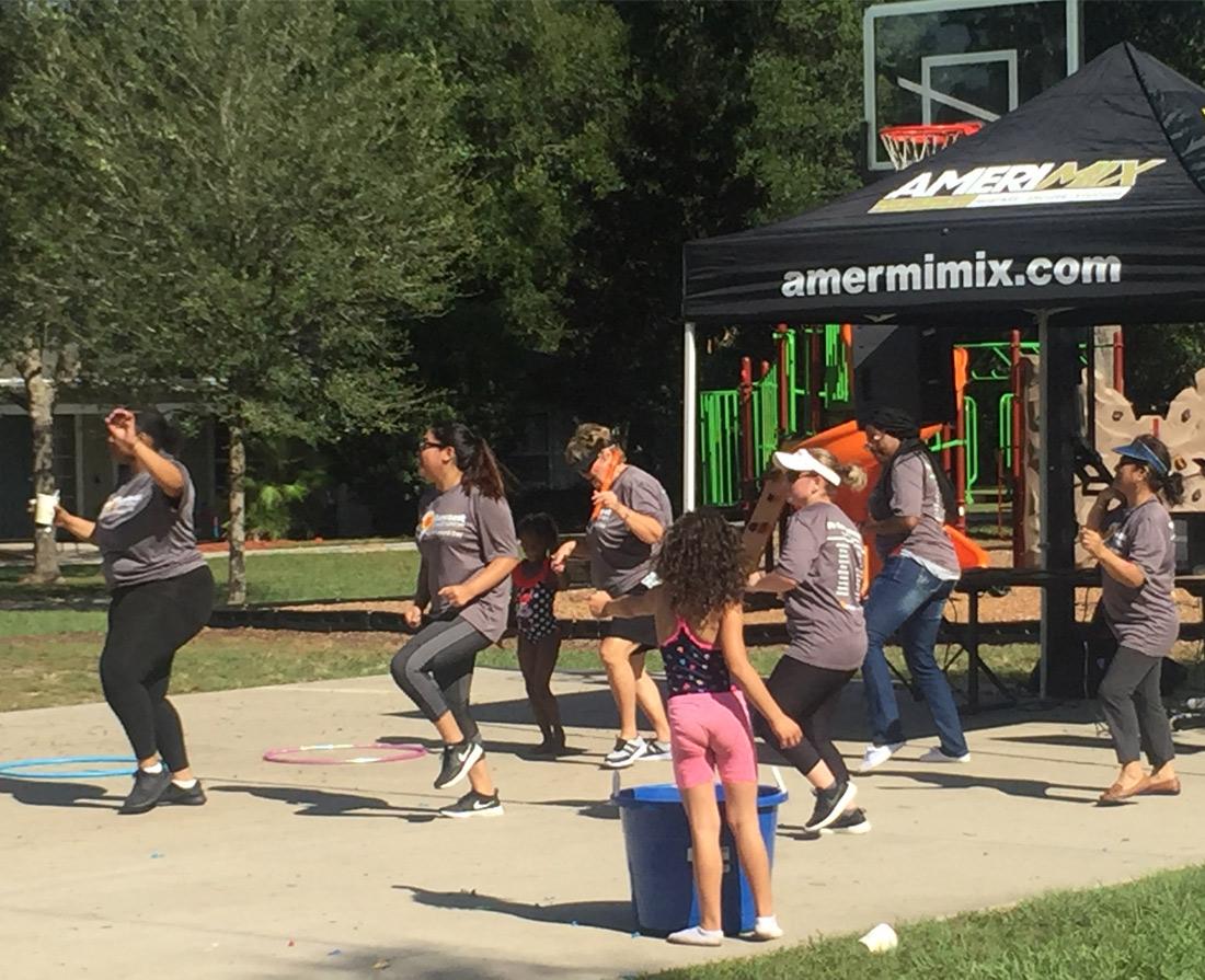 El personal de Suncoast Credit Union baila en un evento voluntario en Kid's Place