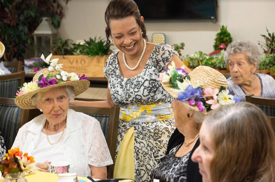 El personal de Suncoast Credit Union agasaja a los residentes del hogar de ancianos Royal Palms