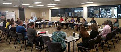 Los empleados de Suncoast participan de un debate en mesa redonda sobre liderazgo
