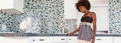 Mujer afroamericana admirando su cocina recién renovada