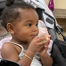Niño afroamericano comiendo