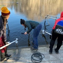 Niños analizando agua
