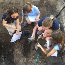 Niños mirando una excavación