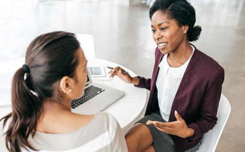 Mujer explicando finanzas
