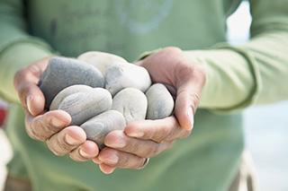 una persona sosteniendo piedras con las dos manos