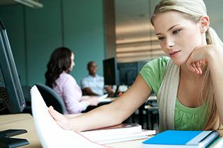 estudiante leyendo sus notas en clase