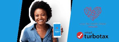 Una mujer sonriendo muestra sureintegro de impuestos en el teléfono