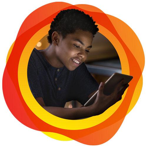 Estudiante de escuela intermedia aprendiedo en una tablet