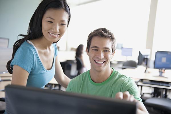estudiantes estudiando juntos