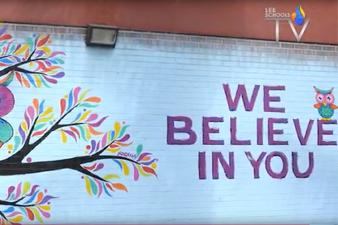 "Mural al aire libre con un búho y la frase ""We believe in you"" (Creemos en ti)"