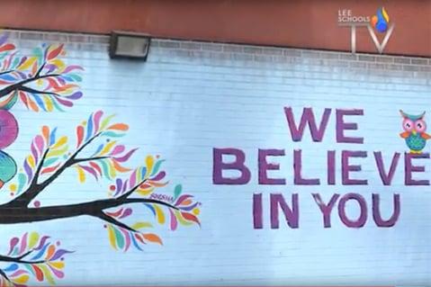 """Mural al aire libre con un búho y la frase """"We believe in you"""" (Creemos en ti)"""