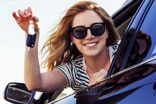 mujer sosteniendo las llaves de su auto nuevo