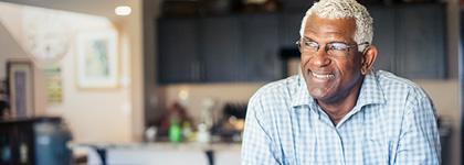 Hombre en edad de retirarse en su cocina