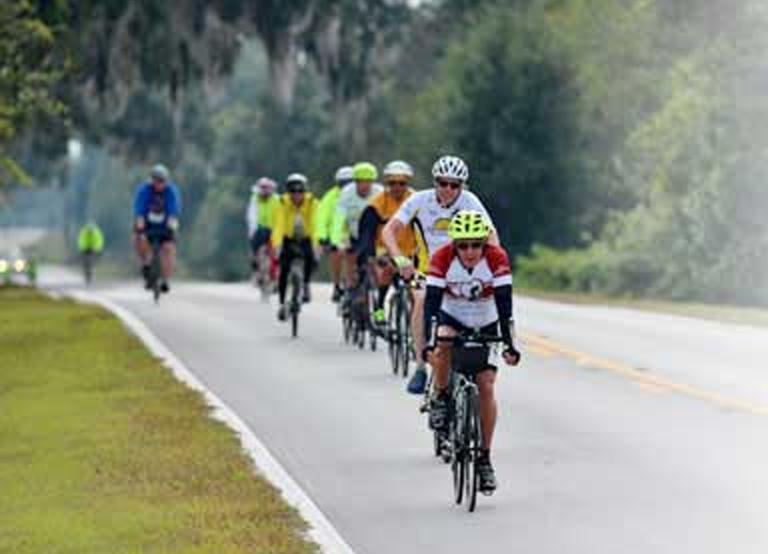 Ciclistas que participan en el Heart for Our Hospital Bike Week